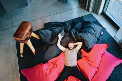 Moxy Berlin Ostbahnhof schwulenfreundliche Hotelreview Karl has a lot of fun! | MOXY Hotel Berlin Ostbahnhof Gay-friendly © Coupleofmen.com